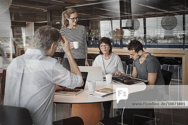 Multiethnische Geschäftsleute am Tisch im Bürocafé