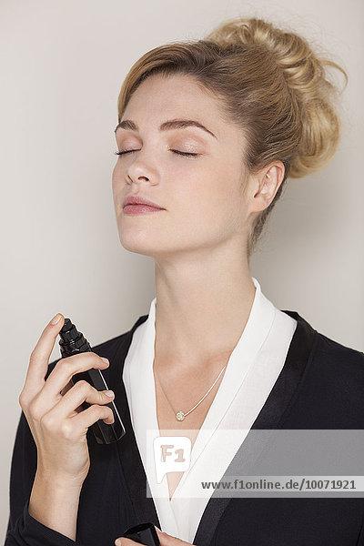 Schöne Frau mit Parfüm
