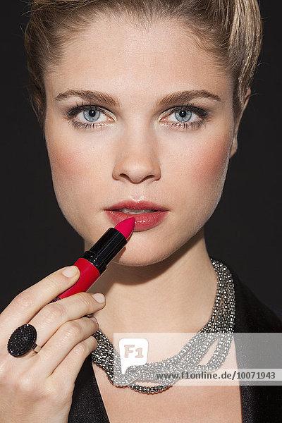 Porträt einer schönen Frau mit Lippenstift