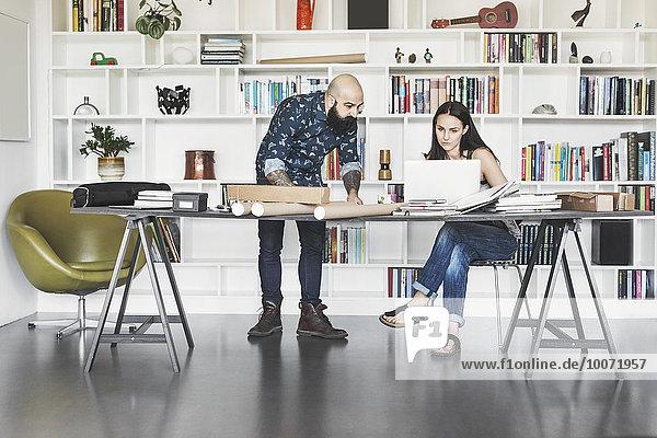 Architekten arbeiten am Tisch im Home-Office