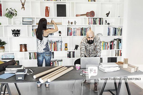 Architektinnen und Architekten im Home Office