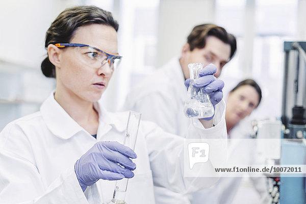 Wissenschaftlerinnen untersuchen Chemikalie im Labor