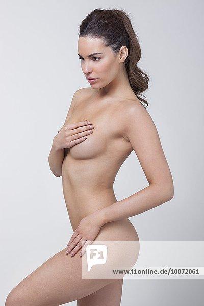 Frau analysiert ihre Brust