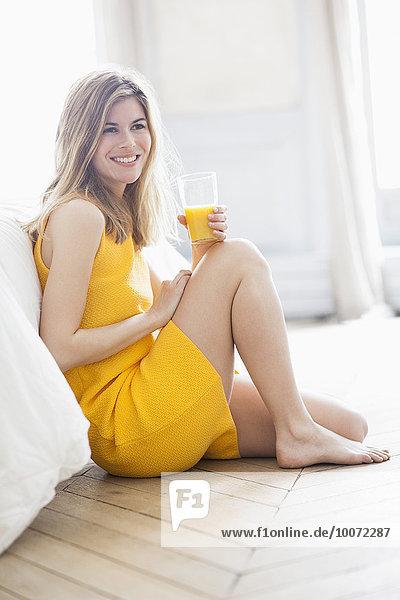 Frau trinkt Orangensaft Frau trinkt Orangensaft