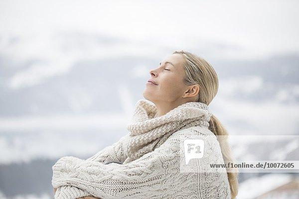 Nahaufnahme einer Frau mit geschlossenen Augen  Crans-Montana  Schweizer Alpen  Schweiz