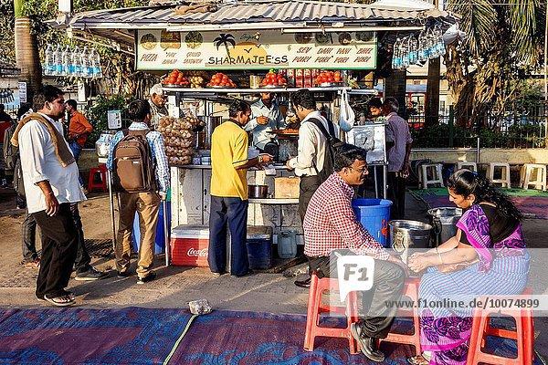 Frau Mann Kunde öffentlicher Ort Reihe Bombay Indien Linie
