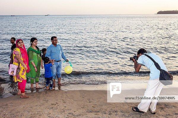 Frau Mann Pose Junge - Person Menschlicher Vater Sohn Fotograf öffentlicher Ort Hinduismus Bombay fotografieren Mutter - Mensch Arabisches Meer Indien