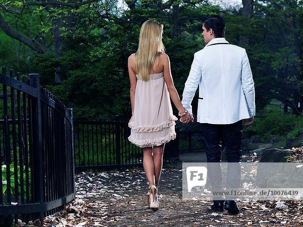 Rückansicht gehen halten jung Romantik