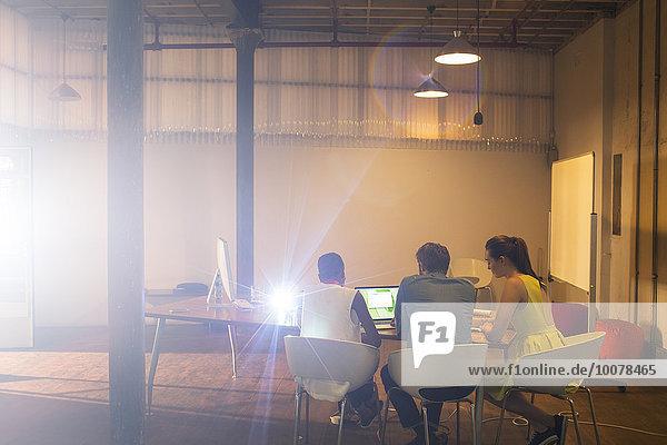 Geschäftsleute bei der Vorbereitung der audiovisuellen Präsentation am Laptop im Konferenzraum