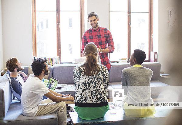 Kreativer Geschäftsmann leitet Meeting im Büro