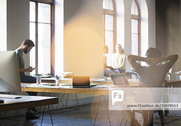 Gelegentliche Geschäftsleute  die im Großraumbüro arbeiten