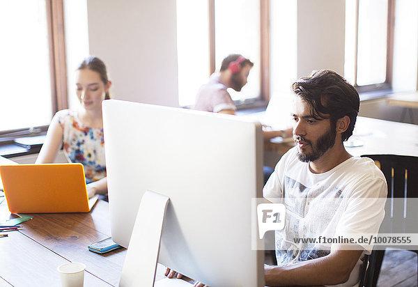 Gelegenheitsunternehmer bei der Arbeit am Computer im Büro