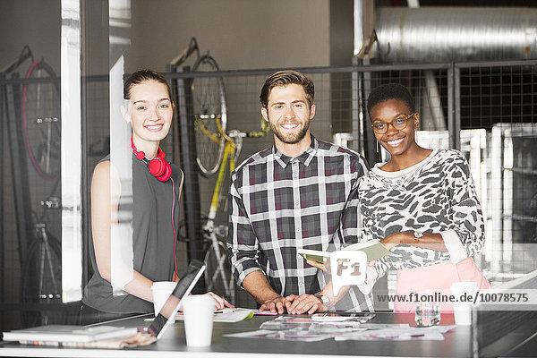 Porträt von kreativen Geschäftsleuten  die im Büro arbeiten