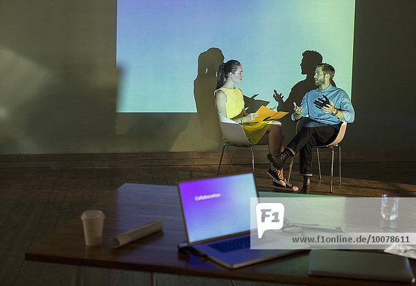Geschäftsleute bei der Vorbereitung der audiovisuellen Präsentation im Konferenzraum
