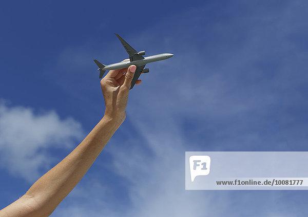 Flugzeug Europäer Frau Himmel unterhalb Spielzeug blau spielen