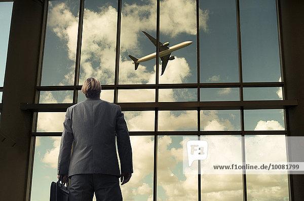 Flugzeug Europäer Geschäftsmann Fenster Bewunderung Flughafen