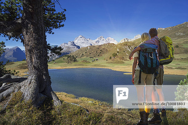 Europäer Bewunderung See wandern Kanton Graubünden