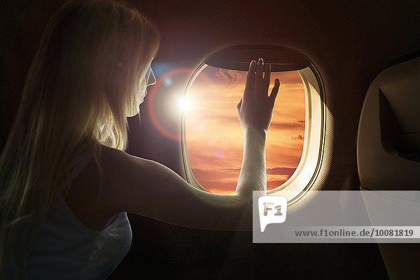 Flugzeug Europäer Frau Fenster Sonnenuntergang Bewunderung
