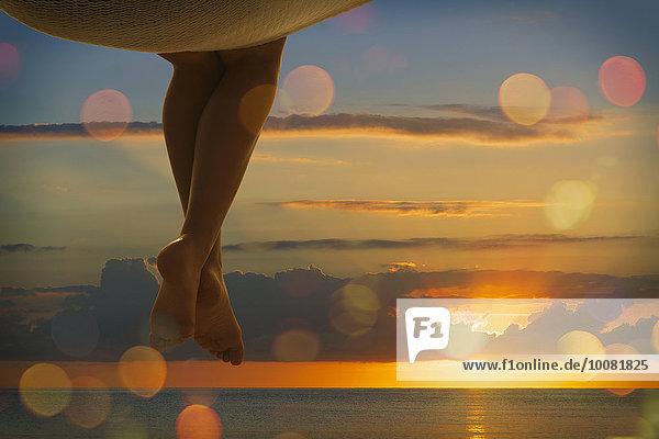 nahe sitzend Europäer Frau Sonnenuntergang Ozean Hängematte
