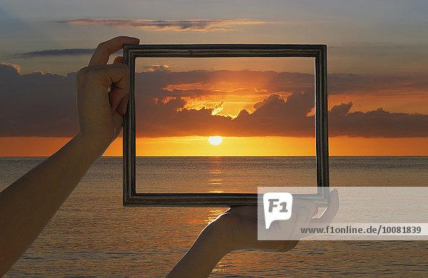 Europäer Frau Sonnenuntergang Himmel über Ozean halten dramatisch