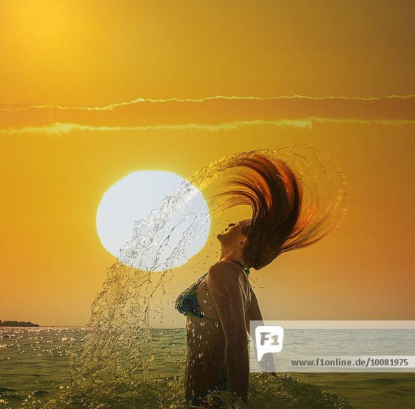 Europäer Frau werfen Sonnenuntergang Himmel Ozean unterhalb Haar