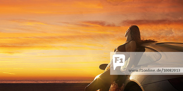 angelehnt Europäer Frau Auto Bikini Sonnenuntergang Sport