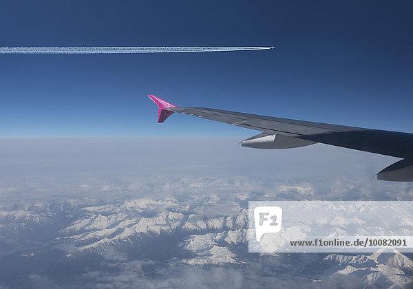 Flugzeug fliegen fliegt fliegend Flug Flüge Himmel über Alpen blau schweizerisch Schweiz Kanton Graubünden