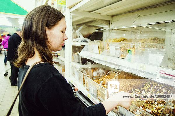 Europäer Frau Lebensmittelladen kaufen Laden