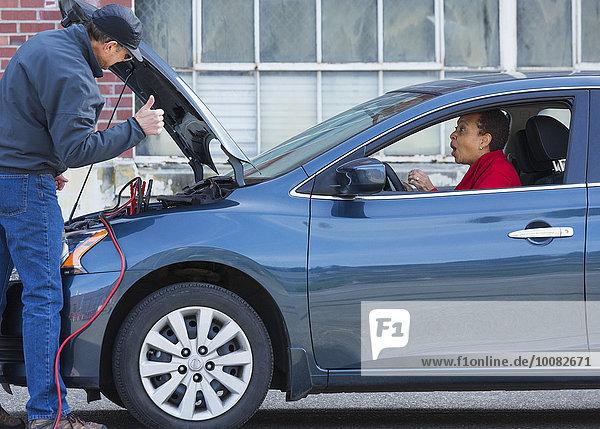 Frau Auto springen Mechaniker Batterie
