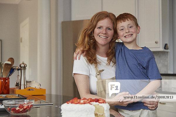 Europäer lächeln Sohn Küche Mutter - Mensch