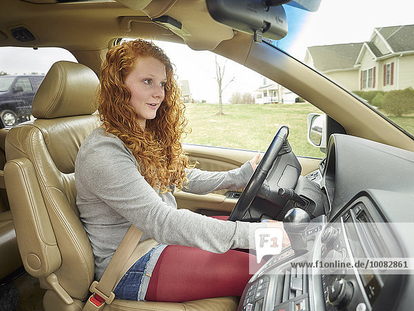 Jugendlicher Europäer Auto fahren Mädchen