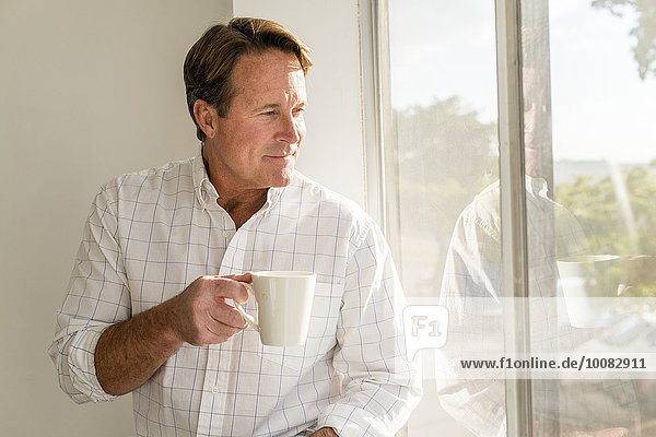 nahe Europäer Mann Tasse Fenster trinken Kaffee
