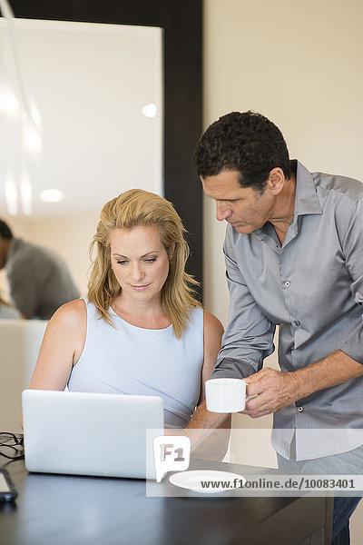 benutzen Schreibtisch Mensch Notebook Menschen trinken Kaffee Business