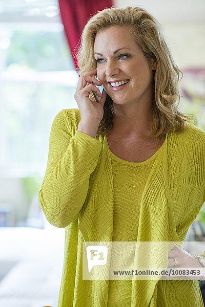 Handy Europäer Frau sprechen Zimmer Wohnzimmer