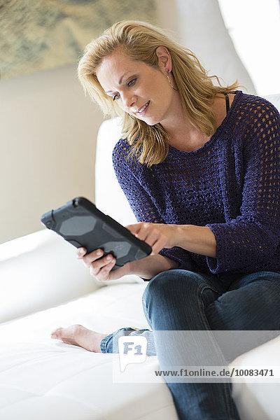 benutzen Europäer Frau Couch Tablet PC