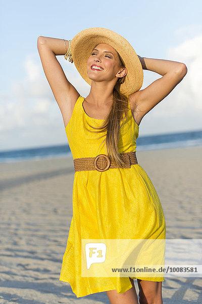 Europäer Frau Strand Hut Kleidung Sonne