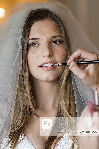 eincremen verteilen Europäer Braut Schminke Stylistin auftragen