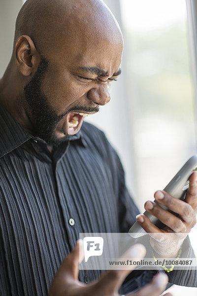 Handy nahe benutzen Mann Enttäuschung Fenster schwarz