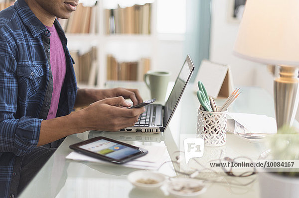 Schreibtisch Geschäftsmann schwarz multitasking