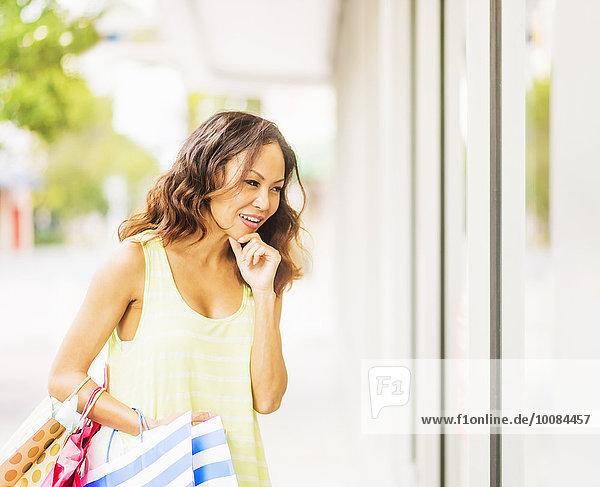 Außenaufnahme Frau Fenster chinesisch kaufen Laden