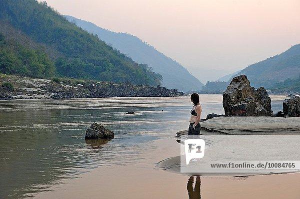 hoch oben stehend Sandbank Frau Fluss Südostasien