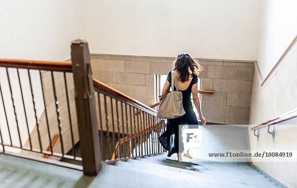 junge Frau junge Frauen Rückansicht Gebäude Hektik Druck hektisch Treppe Ansicht alt University of Pittsburgh