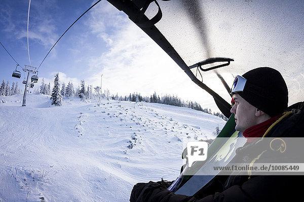 Europäer Snowboardfahrer heben über Schnee