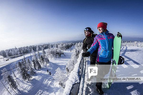 stehend Europäer Snowboardfahrer Berggipfel Gipfel Spitze Spitzen Schnee