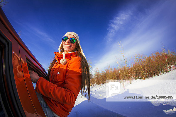 Europäer Frau Fenster Auto Schnee Feld hinauslehnen