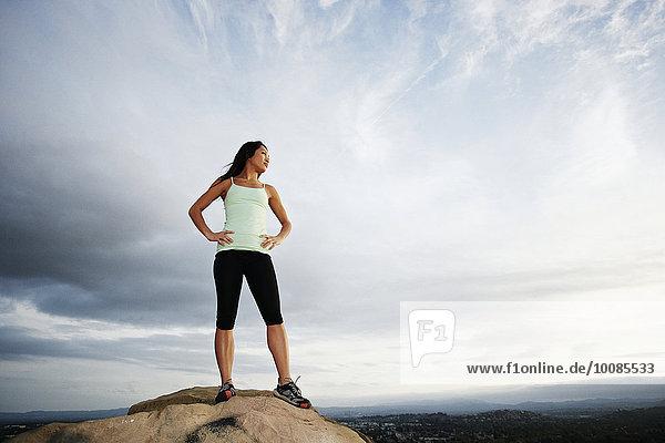 stehend Frau Felsen Berggipfel Gipfel Spitze Spitzen vietnamesisch