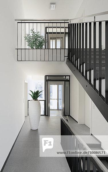Korridor Korridore Flur Flure Treppenhaus Innenansicht moderne Wohnung zu Hause