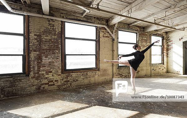 Europäer Zimmer Tänzer zeigen Sonnenlicht Loft Ballett