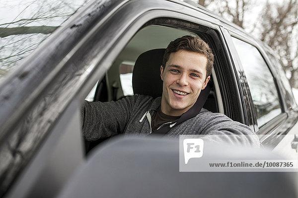 Europäer Mann Fenster lächeln Auto