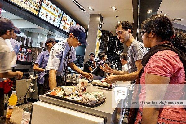 Fast Food takeaway junk Einkaufszentrum Frau Mann Angestellter arbeiten Restaurant innerhalb bezahlen zahlen Kunde Kollege Bombay Tresen Indien Ordnung